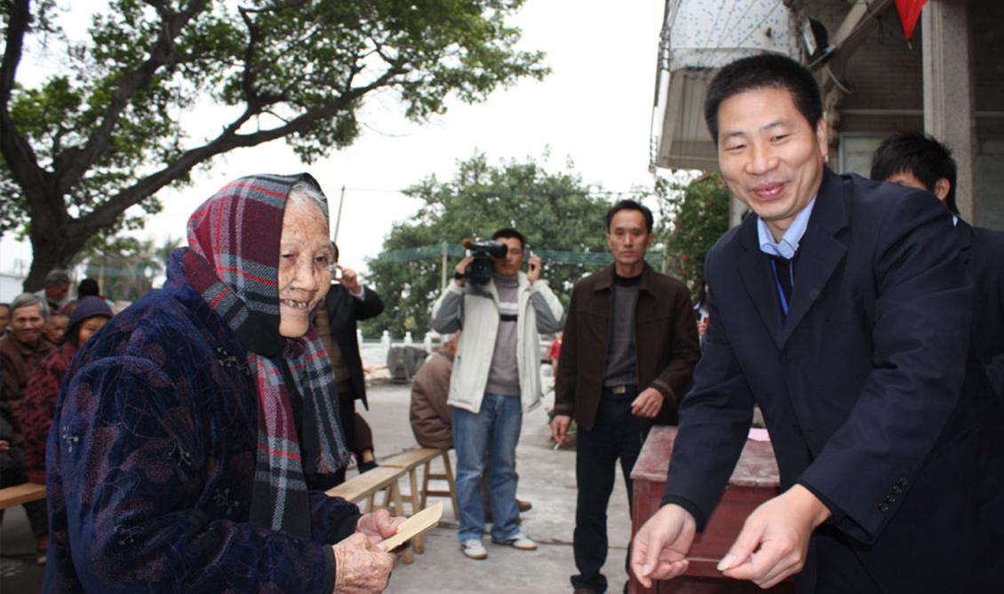 2008年12月,慰问周村老人